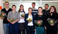 Einen Büchergutschein und Blumen erhielten die erfolgreichen  Auszubildenden Tobias Schwank, Christina Mendel, Sophie Figgener, Monira Majidi, Felix Hengsbach, Hanna März, Michael Meyerhoff und Julia Stübe (v.l.) während der Feierstunde.