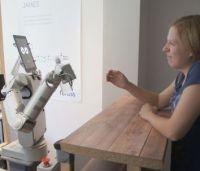 Bielefelder Forscher haben beobachtet, wie in Kneipen und Diskotheken bestellt wird. Dank ihrer Erkenntnisse erkennt Barkeeper-Roboter James, wann ein Kunde bestellen will. Foto: fortiss GmbH