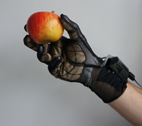 Mit einem Sensorhandschuh nehmen Wissenschaftler des Exzellenzclusters CITEC den Ablauf menschlicher Handbewegungen auf. Ein ähnlicher Handschuh könnte künftig dazu dienen, aus der Ferne Berührungsdaten an die Hände zu übermitteln. Foto: Universität Bielefeld