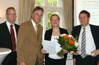 Helge Werner (dimension 21), Werner Efing (WLUG) und Christian Kuhlmann (dimension 21) (v.l.) mit Preisträgerin Tanja-Vera Herking. Foto: dimension 21
