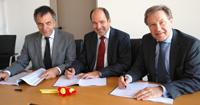 Vertragsunterzeichnung für das neue Campusmanagement-System (v.l.): Rektor Prof. Dr.-Ing. Gerhard Sagerer,  Martin Hubschneider und Kanzler Hans-Jürgen Simm.