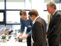 Die CITEC-Eröffnung bot auch die Gelegenheit zuLaborbesichtigungen und Gesprächen mit den Forschern.