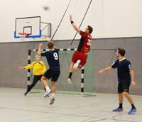 """Das Publikum konnte sich über viele Tore und einige handballerische Tricks freuen, wie hier einen """"Kempa"""" durch Jens Schöngarth TuS N-Lübbecke, der den Ball im Sprung fing und sogleich ein Tor erzielte. Foto: Universität Bielefeld."""