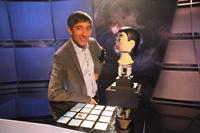 """In der TV-Sendung """"Quarks & Co"""" ist der Roboterkopf Flobi an der Seite von Moderator Ranga Yogeshwar zu sehen. Foto: WDR"""