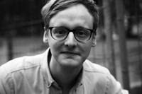 """Florian Kessler liest bei der Lesenacht der Universität Bielefeld aus seinem Buch """"Mut Bürger: Die Kunst des neuen Demonstrierens"""". Foto: Florian Kessler"""