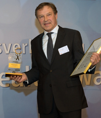 Chancellor Hans-Jürgen Simm receiving the prize.