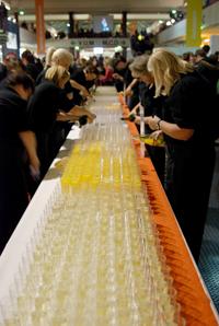 Auch in diesem Jahr haben die Mitarbeiterinnen und Mitarbeiter des Studentenwerks wieder alle Hände voll zu tun: Beim Absolvententag 2013 der Universität Bielefeld müssen sie für den Sektempfang rund 4.000 Gläser befüllen.