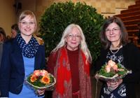 Christine Everwand (l.) und Ina Herbst (r.) erhielten die Auszeichnung aus den Händen von Professorin Dr. Ingrid Gilcher-Holtey
