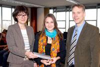 Preisverleihung: Prorektorin Prof. Dr. Martina Kessel, Natalya Kashkovskaya und Prof. Dr. Thomas Faist (v.l.). Foto: Universität Bielefeld