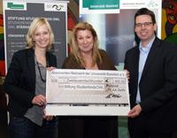 Julia Kralemann, Stiftung Studienfonds OWL, nahm den Scheck für das Stipendium von Jutta Küster und Dr. André Fleer vom Vorstand des Absolventen-Netzwerk der Universität Bielefeld e.V. entgegen.
