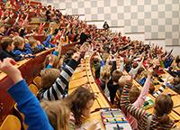 Viele Fragen haben die kleinen Forscher an die Wissenschaftlerinnen und Wissenschaftler der Universität Bielefeld. Foto: Universität Bielefeld