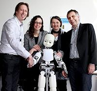 Prof. Dr. Tony Belpaeme, Prof. Dr. Vanessa Evers, Prof. Dr.-Ing. Britta Wrede und Prof. Dr.-Ing. Gerhard Sagerer (v.l.) mit dem Roboter iCub. Foto: Universität Bielefeld