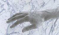 Eine Hand wie aus Stein: Bielefelder Neurowissenschaftler haben die Körperwahrnehmung von Versuchspersonen getäuscht. Foto: Senna & Parise