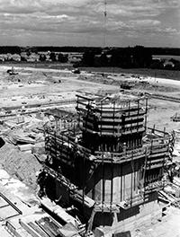 Der Universitätstunnel wurde in Tagebauweise errichtet. Auf diesem Foto aus dem Juli 1973 ist sein Verlauf links hinter dem C-Teilgebäude zu erkennen. Foto: Universität Bielefeld