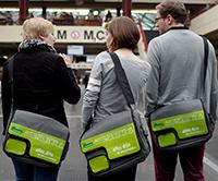 Studienanfängerinnen und -anfänger der Universität Bielefeld bekommen zur Begrüßung eine Tasche im Uni-Design. Foto: Universität Bielefeld