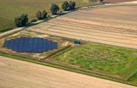 Die Station, an der die Universität Bielefeld beteiligt ist, wird das sechste Antennenfeld des LOFAR-Teleskops in Deutschland. Das Bild zeigt die Station bei Unterweilenbach in Bayern. Foto: Rainer Hassfurter/MPA