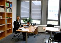 Soziologiedekan Professor Dr. Thomas Faist, ist mit seinem neuen hellen Büroraum im Gebäude X hoch zufrieden.