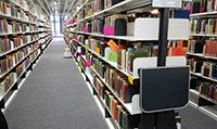 Farbige Signaturen gaben den exakten Aufstellort für die Bücher in der neuen Bibliothek im Gebäude X an.