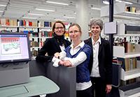 Imke Albers, Abteilungsleiterin Infrastrukturelles Facility Management, Dr. Sabine Rahmsdorf, Baubeauftragte der Bibliothek, und Barbara Knorn, kommissarische Leiterin der Bielefelder Universitätsbibliothek, (v.l.) freuen sich über den gelungenen Umzugsstart.