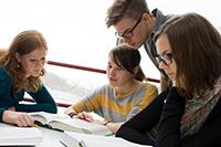 Gerade Studienanfänger fragen lieber den studentischen Tutor als den Professor. Darauf setzt die Universität Bielefeld mit ihrem prämierten Programm. Foto: Universität Bielefeld
