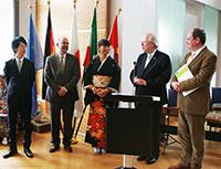 Preisträger Hironori Taniguchi, sein Laudator Prof. Dr. Volker Wendisch, die Vizepräsidentin der DJG Mami Busse, Präsident Peter H. Meyer und Dr. Thomas Lüttenberg vom International Office der Universität (v.l.).