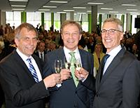 Neuer und alter Kanzler: Dr. Stephan Becker (rechts) löst Hans-Jürgen Simm (Mitte) Anfang August als Kanzler der Universität Bielefeld ab. Professor Dr.-Ing. Gerhard Sagerer (links), Rektor der Universität, stößt mit beiden auf den Wechsel an.