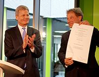 Dekan Prof. Dr. Ingo Reichard (links) verlieh Hans-Jürgen Simm in einer pointierten Rede die Ehrendoktorwürde.