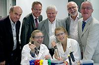 Patricia Wolf und Leah Bolsius (vorne v.l.) sind zwei von 20 Teilnehmerinnen und Teilnehmern, die in diesem Jahr bei der CeBiTec-Schülerakademie dabei sind. Wissenschaftlich, organisatorisch und finanziell wird die Akademie unterstützt von (hinten v.l.): Dr. Werner Selbitschka (CeBiTec), Michael Uhlich (Bezirksregierung Detmold), Prof. Dr. Alfred Pühler (CeBiTec), Prof. Dr. Walter Arnold (CeBiTec) und Dr. Burghard Lehmann (Familie-Osthushenrich-Stiftung).