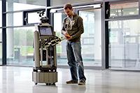 """Mit dem Roboter Tobi gehen der CITEC-Forscher Sebastian Meyer zu Borgsen und seine Teamkollegen in den Wettbewerb """"RoboCup"""". Foto: CITEC/Universität Bielefeld"""