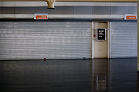 Ab Montag, 21. Juli, bleiben die Rolltore vor dem Mensa-Speisesaal im Universitätshauptgebäude geschlossen. Ab diesem Tag versorgt das Studentenwerk Studierende und Mitarbeiter im Gebäude X mit Essen. Foto: Universität Bielefeld