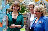 Lisa Fischer (links), Tutorin der Mitlernzentrale an der Universität Bielefeld, erklärt NRW-Wissenschaftsministerin Svenja Schulze (rechts), wie die Lern- und Schreibpartnerbörse funktioniert. Dr. Andrea Frank (Mitte), Leiterin des Zentrums für Studium, Lehre, Karriere (SLK), informierte die Ministerin bei dem Termin über die Studienstart-Programme an der Universität.