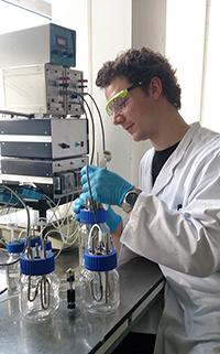 Team-Mitglied David Wollborn bei ersten Testläufen mit dem selbst entworfenen Reaktor, in dem die Bakterien wachsen sollen. Foto: Janina Tiemann