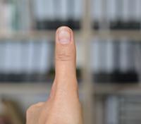 Der Daumennagel am Ende eines ausgestreckten Arms: Das ist der Bereich, den das Auge tat-sächlich scharf sehen kann. Wie der Rest der Welt trotzdem scharf erscheint, haben Forscher der Universität Bielefeld untersucht. Foto: Universität Bielefeld