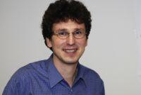 Prof. Dr. Jürgen Schnack hat mit theoretischen Simulationen zu einem Experiment beigetragen, in dem magnetischen Molekülen Temperaturen knapp über dem absoluten Nullpunkt erzeugt wurden. Foto: Universität Bielefeld