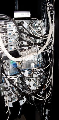 Mit einem speziellen Superrechner wurde simuliert, wie das magnetische Molekül Gd7 als Kühlmittel funktioniert. Der Computer hat einen Arbeitsspeicher von 386 Gigabyte, in dem auch sehr große Matrizen gespeichert werden können. Foto: Universität Bielefeld