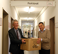 Kanzler Dr. Stephan Becker und Rektor Prof. Dr.-Ing. Gerhard Sagerer (v.l.)haben bereits ihre Sachen gepackt.