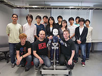 Von der Universität Bielefeld an die Universität Osaka: Matthias Rolf und Lars Schillingmann (vorn Mitte) forschen seit April 2013 in Japan. Foto: Universität Bielefeld