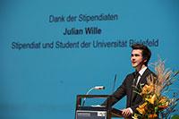 Julian Wille studiert Wirtschaftswissenschaften an der Universität Bielefeld. Er sprach das Grußwort im Namen der Stipendiaten. Foto: Martin Brockhoff