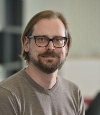 Prof. Dr. David Schlangen von der Universität Bielefeld entwickelt Computersysteme, die Sprache verstehen und so verwenden wie Menschen. Foto: Universität Bielefeld