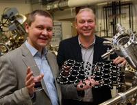 Die Physiker PD Dr. Andrey Turchanin (links) und Prof. Dr. Armin Gölzhäuser leiten zwei neue Projekte zu Nanomembranen. Foto: Universität Bielefeld