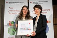 Marijke Wahlers, Teamleiterin für internationale Angelegenheiten in der Hochschulrektorenkonferenz, übergibt das Zertifikat an Prof. Martina Kessel, Prorektorin für Internationales und Kommunikation der Universität Bielefeld (v.l.). Foto: Svea Pietschmann