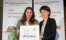 Universität Bielefeld erneut ausgezeichnet. Prorektorin Martina Kessel nimmt das Zertifikat der HRK entgegen.
