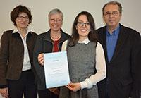 Nora Abazi (v.) ist die diesjährige DAAD-Preisträgerin. Prof. Dr. Martina Kessel, Prorektorin für Internationales und Kommunikation, Dr. Gisela Schneider vom DAAD und Laudator Prof. Dr. Dr. Horst M. Müller (v. l.) übergaben die Urkunde. Foto: Universität Bielefeld