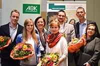 Phillip Florian Schmidt, Barbara Gentges, Anja Schmidtpott (AOK NordWest), Kathrin Borchert, Florian Fischer, Prof. Dr. Oliver Razum (Dekan) und Dr. Emily Finne(v. l.). Foto: Universität Bielefeld