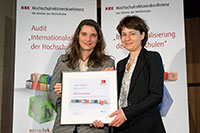 Marijke Wahlers (l), Head of HRK International  at the German Rectors' Conference (HRK) awards the certificate to Prof. Martina Kessel, Bielefeld University's Vice-Rector for International Affairs and Communication (r). Photo: Svea Pietschmann