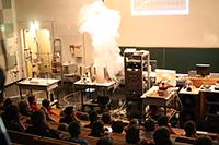 Hochspannung und verblüffende Experimente sind bei der Weihnachtsvorlesung der Fakultät für Physik garantiert. Foto: Universität Bielefeld