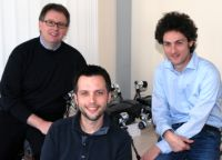 Prof. Dr. Axel Schneider, Jan Paskarbeit und Prof. Dr. Volker Dürr (von links) forschen in dem Großprojekt zum Laufroboter Hector. Foto: Universität Bielefeld