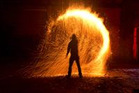 Feuerkünstler treten mit einer Vorstellung bei der Universität Bielefeld auf. Foto: Roy Ristau