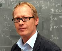 """Der Kosmologe Prof. Dr. Dominik Schwarz von der Universität Bielefeld arbeitet mit Kollegen aus der ganzen Welt an den Planungen für den """"Weltall-Atlas"""". Foto: Universität Bielefeld"""