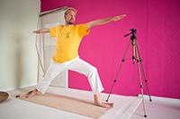 Clemens Eisenmann, fotografisch inszeniert von Oliver Wiegner in einem Yogastudio.Forschungsprojekt: Von Kopfständen und Chakra-Energien:Doing Spiritualität im Yoga.